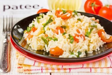Рис с помидорами и шпинатом