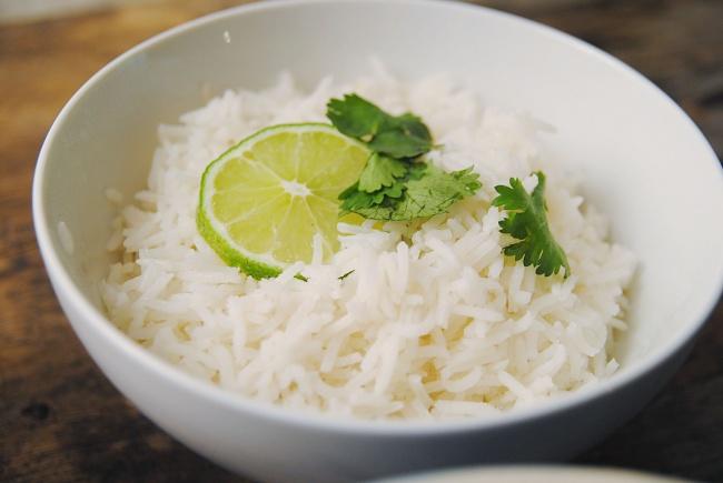 отваренный рис на зеленом чае